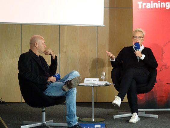 Der Workshop Interviewtraining mit Bärbel Schäfer (rechts) begann. Bild: Jens Brehl CC BY-NC-SA 4.0