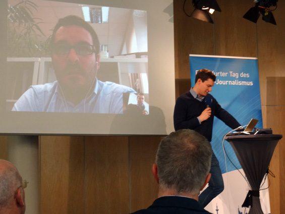 Per Skype gab Frederik Richter Einblicke in die Arbeit von correctiv.org. Bild: Jens Brehl CC BY-NC-SA 4.0