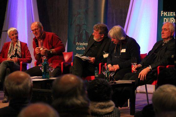 Abschließende Diskussion: v. l. n. r.:  Gabrielle Krone-Schmalz, Andreas Zumach, Dieter Deiseroth, Ekkehart Sieker, Albrecht Müller. Bild: Jens Brehl CC BY-NC-SA 4.0