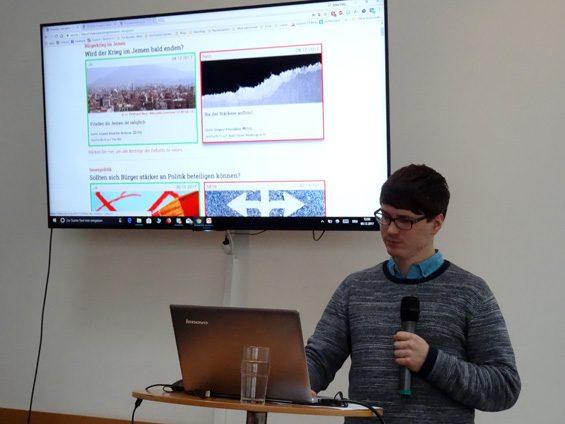 """Felix Friedrich erklärt """"The Buzzard"""". Bild: Jens Brehl CC BY-NC-SA 4.0"""
