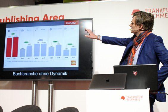 "Daniel Lenz präsentierte ""düstere"" Zahlen. Bild: Jens Brehl CC BY-NC-SA 4.0"